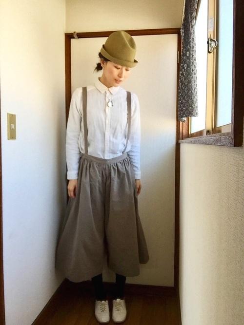 ガーゼ生地がやわらかな雰囲気を出す無印の白シャツ。ボタンをはずさずにキチンと着て、たっぷりドレープのキュートな吊りパンツとつばの短いハットに合わせると、山ガール風のかわいい女子コーデに。