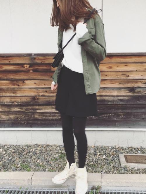 ジャケット代わりのワークシャツはメンズ仕様、ちょっと厚手で羽織るとこなれた雰囲気に。女性にも人気のアイテムです。