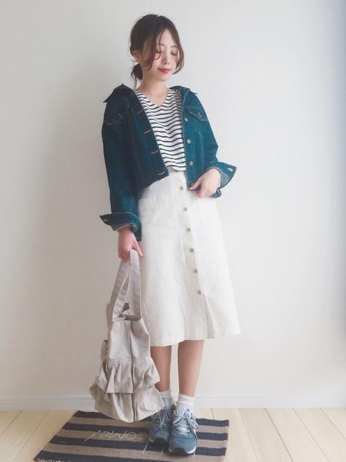 こちらも肩を落とした着こなし例。白ベースのボーダーカットソーに白のスカートで色を統一し、とてもさわやかな春のお出かけスタイルに仕上がっていますね。足元もブルー系のスニーカーで、色を使いすぎないコーディネートがカッコいいですね。