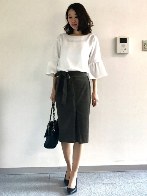 白のベルスリーブを使ったお仕事コーデ。きれいめのブラウスですからブラックのタイトスカートにもマッチ。ベルスリーブから出た腕がスラッと細く見えます。襟はボートネックに近い開きがあり、女性らしい肩のラインを作っています。