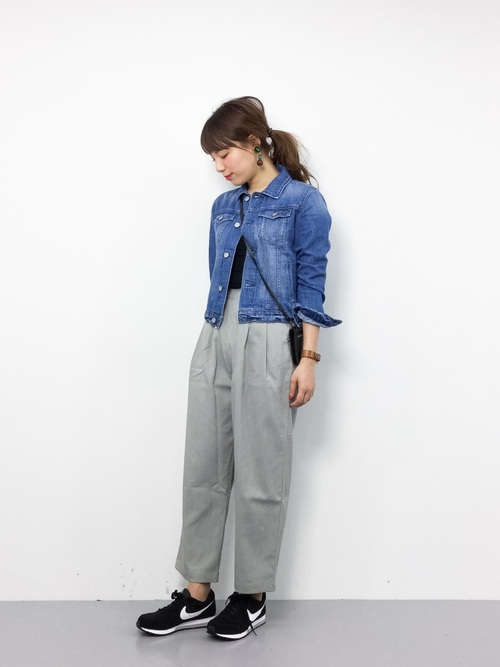 やわらかめのデニムジャケットの袖をロールアップして、ワイドすぎない大人シルエットのワイドタックパンツに合わせたコーディネート。ブルー×グレーの落ち着いたカラーリングが大人のきれいめカジュアルスタイルを主張しています。