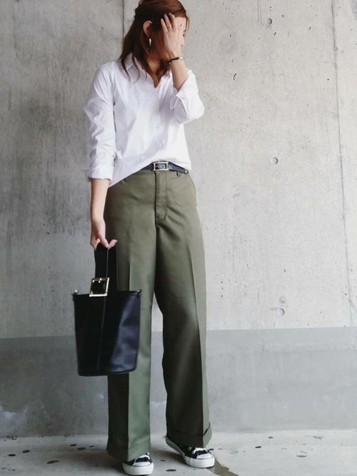 白シャツを前だけイン。キチンと感が出るセンタープレスのワイドパンツと合わせた通勤スタイルに。