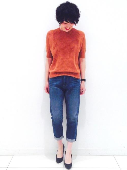 ブラウン系のカラーですが、オレンジっぽく見えるコットンメッシュクルーネックセーターをシンプルにデニムとコーディネート。ニットの形が美しいので、これだけで主役になってくれます。大人っぽいカラーリングとベストな丈感がパーフェクトな1枚です。