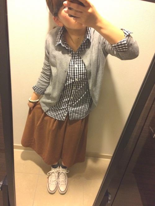 ガウチョパンツと合わせたデイリーカジュアル。丈が短めなので、シャツの裾を外に出しても良いバランス。