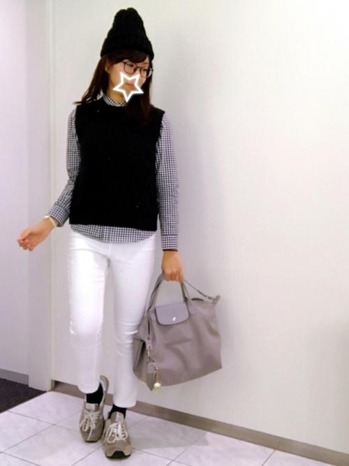 ギンガムチェックが寒色コーデにアクセントを。大人女子のカジュアルシックなスタイルにも重宝するアイテムですね。