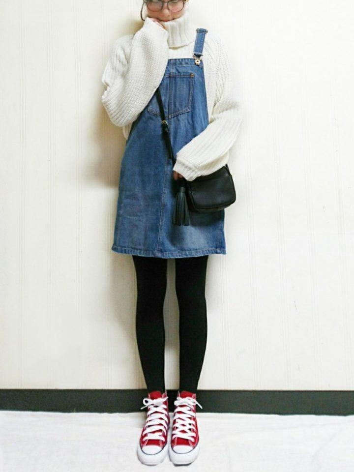 デニムのサロペットスカートは、ミニ丈で可愛くなりすぎないように赤CONVERSEでスポーツエッセンスをプラス☆