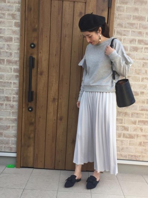 腕にフリルがついてガーリーな雰囲気のスウェットに合わせるのはプリーツスカート。優しい色の組み合わせに癒されます。