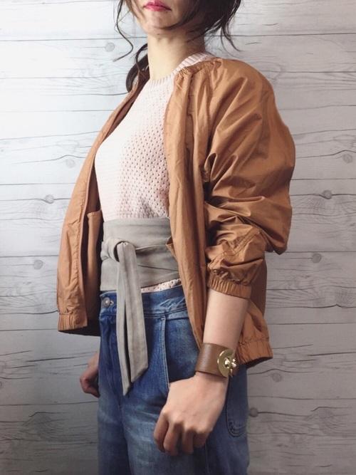 ◆ノーカラーシャツブルゾン  袖、裾、ネックがギャザーになったレディライクなライトブルゾンとピンクのコットンメッシュクルーネックセーターの2アイテムがUNIQLO Uのもの。トレンドのサッシュベルトとレザーバングルがオシャレ♪ハイウエストのデニムに合わせた、お手本にしたい大人のカジュアルスタイルです。