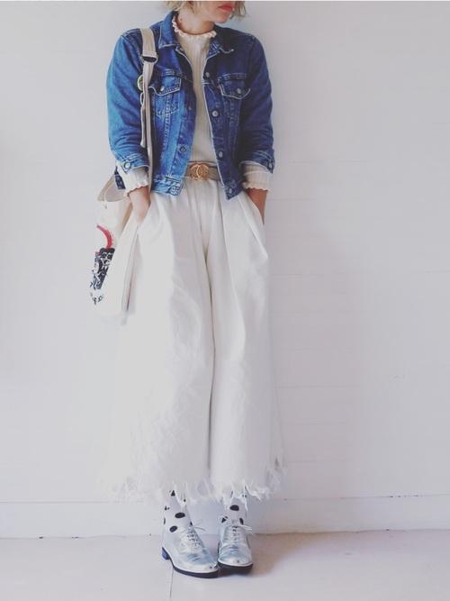 ホワイトワイドデニムと合わせる色遊びスタイル。デニムジャケットの短い丈とワイドパンツのバランスがGOOD!