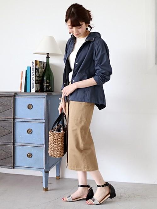 ロングのワークチノスカートにネイビーのマウンテンパーカを合わせたスタイル。マウンテンパーカもネイビーなら上品です。細見え効果のあるスカートですから、きれいめのコーディネートが可能です。かごバッグとサンダルで春らしく装って♪