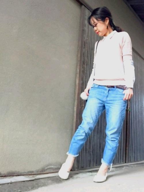 ◆コットンメッシュクルーネックセーター(5分袖)  肌ざわりのいいスーピマコットン100%で作られたメッシュ編みのUNIQLO Uのサマーニットを着ています。ピンクの五分袖ニットを白シャツにレイヤードした春らしいコーディネート。カットオフのブルーデニムにピンクがよく合って、全体的にやさしい色合いにまとまっています。