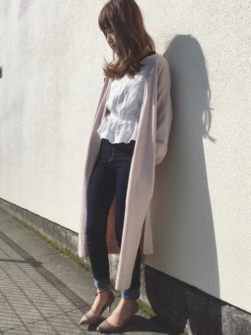 きれいめデニムパンツの足元にベージュのヒールをコーデした女性らしい服装。足長効果もあり、ロングカーデのIラインでスッキリとしたシルエットに。
