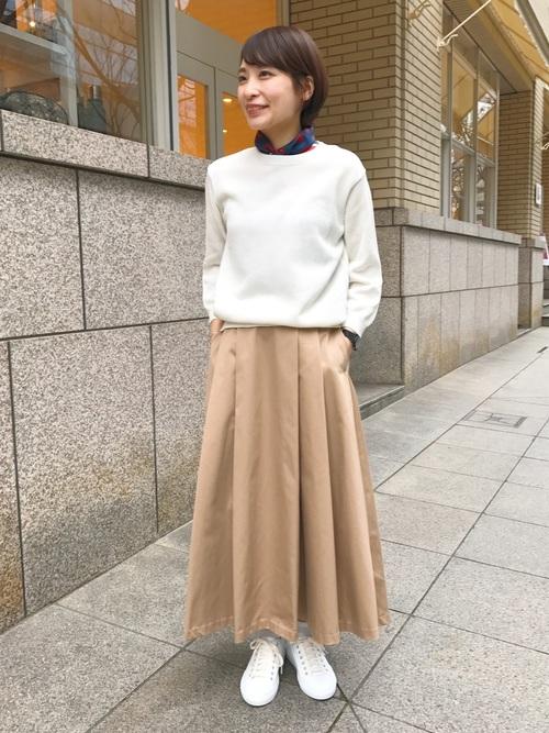 チノスカートの存在感を生かすためにトップスやシューズはホワイトでまとめたコーディネート。少しハイウエストになったスカートはタックで広がりを抑え気味にしてあります。首元にシルクのスカートを巻いて、クラス感をアップした大人カジュアルに♪