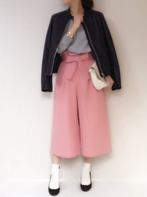 おいしそうなピンクのスカンツには辛口なレザージャケットを合わせたいですね。シンプルなラインなのでキレイめに着こなせそうです。