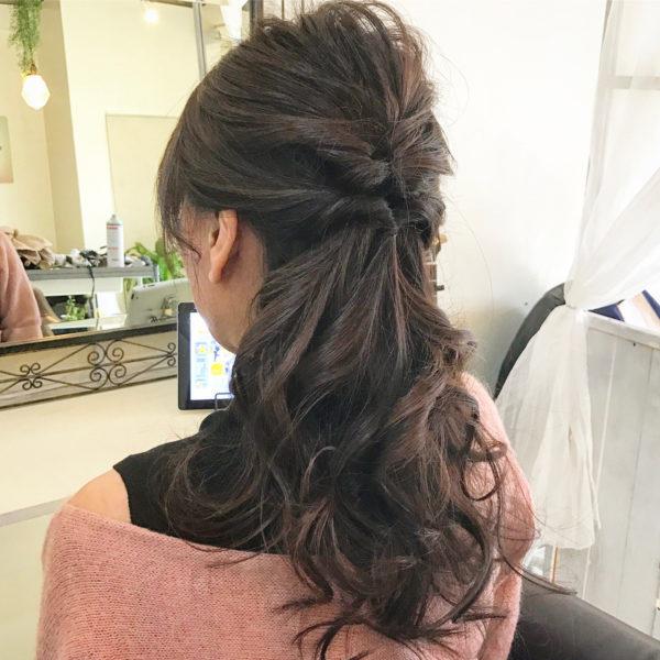 耳から下の髪を巻いてフェミニンさをプラス。ハーフアップは毛先のアレンジが楽しめるというのがいいですね。