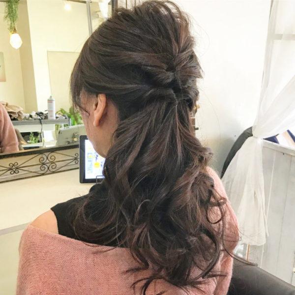 トップから持ってきた毛束をくるりんぱして、サイドから束ねた髪をくるりんぱ。くるりんぱを重ねたハーフアップはトップで毛束を盛り上げてふんわり感と華やかさをだして、カジュアルにもエレガンスにも利用できます。