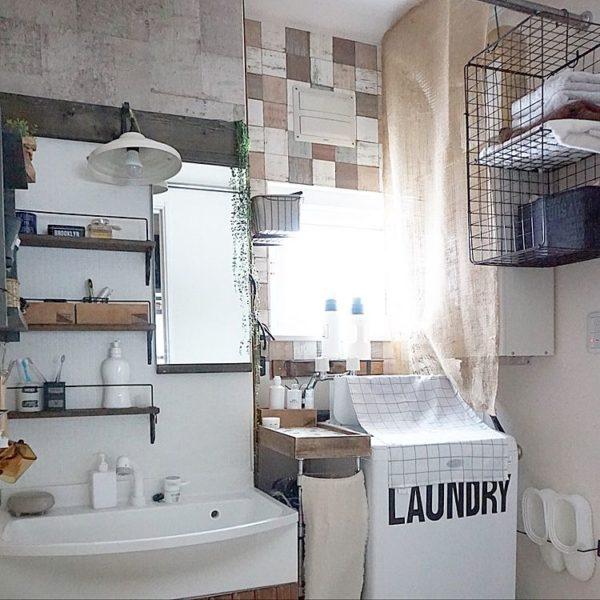 ラティスをDIYして収納スペースを作った実例です。洗濯をつるす頭上部分はデッドスペースになりがちですが、このデッドスペースを上手に利用して収納を実現していますね。出し入れもしやすいので、便利そうです。