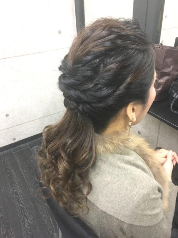 ねじった髪束をいくつも作ってまとめたローポニーは、どの角度から見ても美しくみえるエレガンスな大人のヘアスタイル。カールさせたテール部分がとってもゴージャスですね。