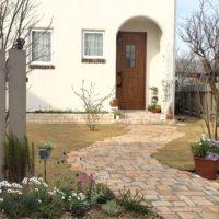 ガーデニングの季節。家の顔である玄関アプローチも春メイクしませんか♪