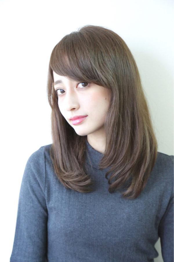 さらさら髪が魅力的な定番スタイル。斜めに流した前髪と毛先のカールでさらりと女性らしくまとまりますね。