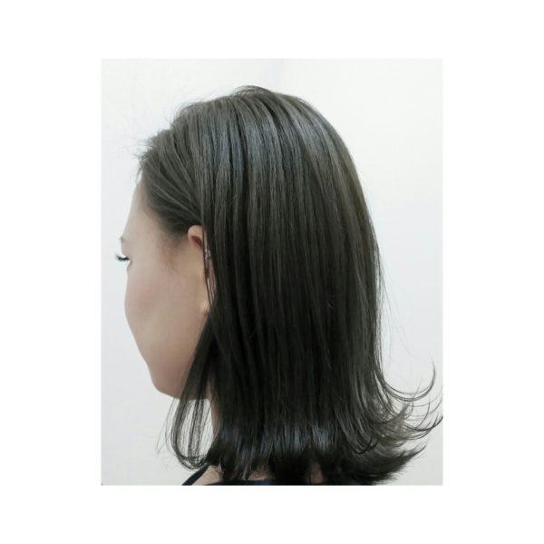 暗めのアッシュカラーで女性らしい印象のロブスタイル。切りっぱなしで作る外ハネで可愛さアップ!
