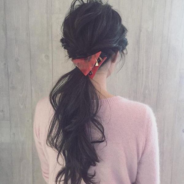 ねじり編み込みを使ったスーパーロングのヘアスタイル。低い位置で1つに結ぶローポニーテールは、元気になりすぎずオトナ女子におすすめのスタイルです。