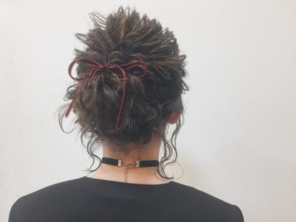 細めのベロアリボンは、プチプラでヘアスタイルの最後に結ぶだけでアクセントになるアイテムです。チョーカーとの相性も抜群です。