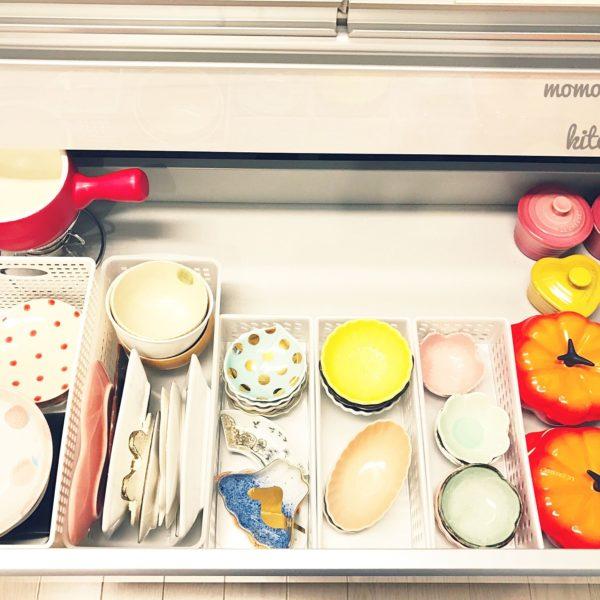 引き出しにプラスチックケースを並べて、小皿や豆皿を収納しています。小さい皿なら幅を取らないので重ねておけますし、プラスチックケースに入れることで安定感も増していますね。