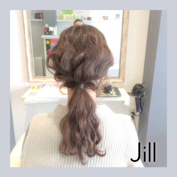シンプルに後頭部で束ねただけのヘアスタイルも、トレンドの波ウェーブで、うねうねとした毛束が外国人風のナチュラルだけど気取りがなくかわいいヘアスタイルに大変身!波ウェーブが目立つようにほぐすのがコツ。