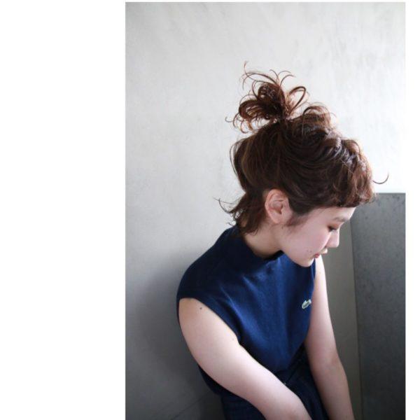 ボリュームが少ない人へのおすすめはコレ。まとめたお団子部分の髪を少しずつ引き出して、ふんわり魅せて。無造作な毛先が元気さをアピール。