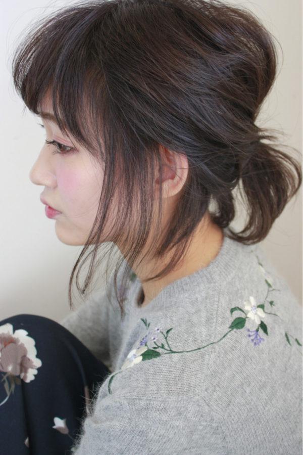 ルーズ感がキュートなアレンジ。トップの髪はぺたんとさせず、適度に引き出してボリュームをつけるとより可愛らしく。