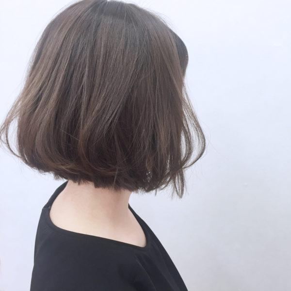 ゆるふわ感が大人可愛い切りっぱなしボブ。厚みのあるヘアスタイルでもアッシュカラーなら軽く、見えます。