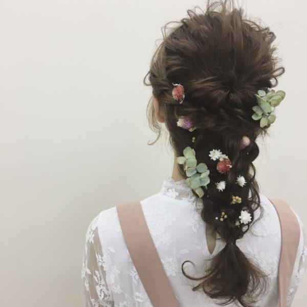 今や編み込みもフォーマルな場で大活躍のアレンジ☆飾りには小花をあしらって、ボタニカルなイメージにすれば、パーティーらしさをより演出できますね☆