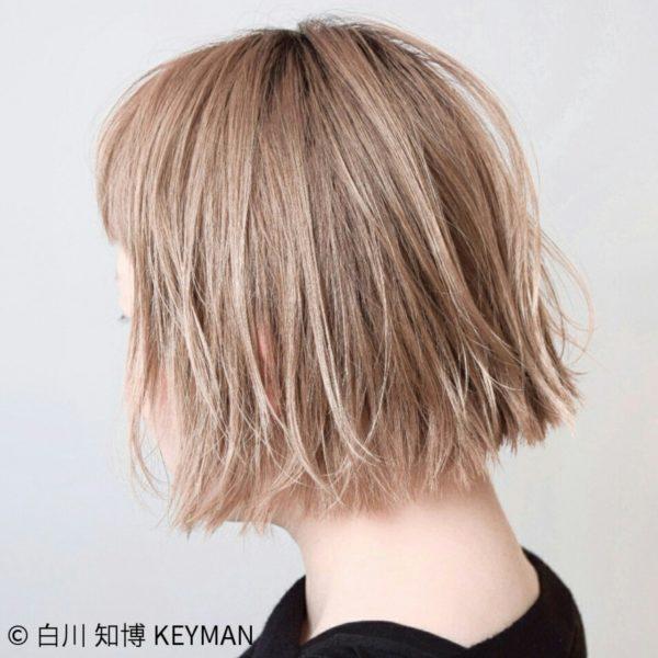 黒髪だったら強調されていた毛先も肌の色に近いミルキーカラーを選び、軽さを感じるようにしています。