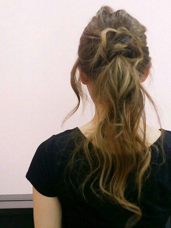 ローポニーテールは落ち着いた雰囲気があり、大人向きのアップスタイルです。さらにおくれ毛や毛束感を出してルーズでアンニュイな雰囲気を出して旬のヘアスタイルに。