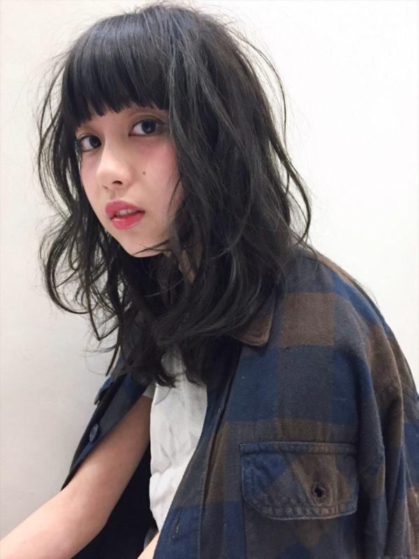 ざっくりとした前髪に大きなカールをプラス。重たくなりがちなロングヘアも一気に抜け感が出て、いまどきの女性らしいヘアスタイルに。