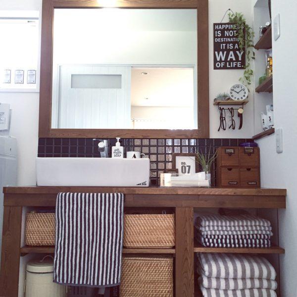 洗面所はいつも綺麗にしておきたいものですよね。それぞれ定位置を決めて、生活感のあるものはバスケットにポイ!