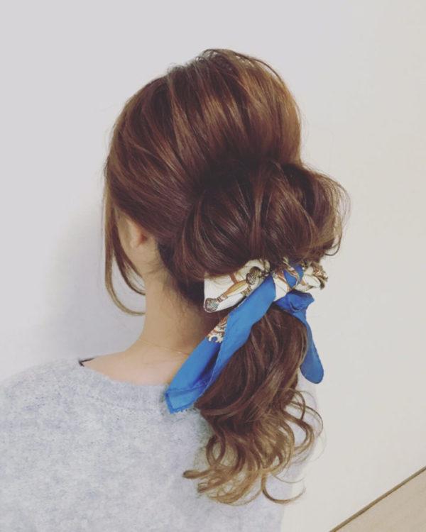 スカーフを巻き込んだアップスタイルはそれだけで華やかな印象を与え人目を惹きそうです。サイドの後れ毛や、お団子のボリュームを髪をほぐして出したカジュアルなスタイルでバランスをとるのがGOOD!