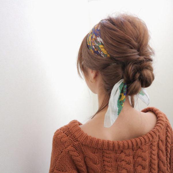 大きくざっくりとした編み込みにバンダナも一緒に編み込んだシニヨン風スタイルは、完成度が高く一目置かれそうなおしゃれなヘアアレンジ。華やかな柄のバンダナに緩やかな編み込みが大人のこなれ感を出しています。