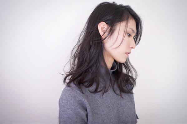 ロングの黒髪はぐっと落ち着いた印象になります。暗くなりすぎないために、無造作なウェーブを取り入れて外国人風に。ナチュラルな雰囲気を醸し出せますよ。