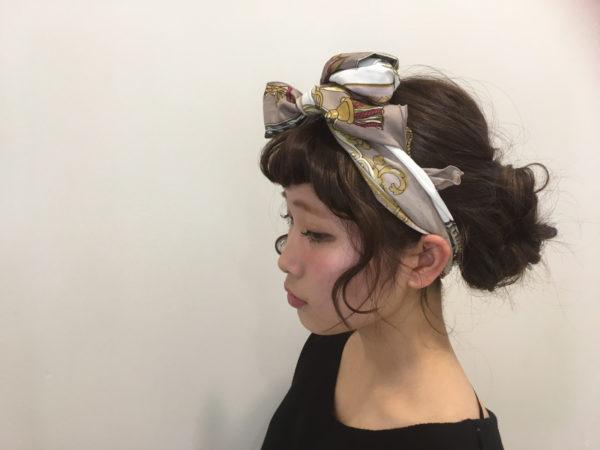 最近流行のスカーフアレンジは、さっきまでの髪型と全く違うものに見えるぐらいオシャレ上級者なヘアに変身。