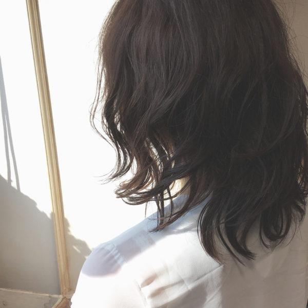 暗髪のカジュアルなパーマヘア。切りっぱなしによる、くしゃ感がオシャレな雰囲気を作るので、忙しい女性におススメです♪
