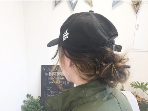 まとめヘアが崩れてきやすいトップ部分。仕事帰りにお出掛けするなら帽子でカバーもアリ!帽子用に低い位置のアレンジに変えるのも良さそう。