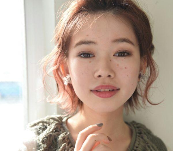 両サイドに編み込みを加え、無造作な毛先を遊ばせて。顔の形をしっかり出して活発で元気な大人女子に。