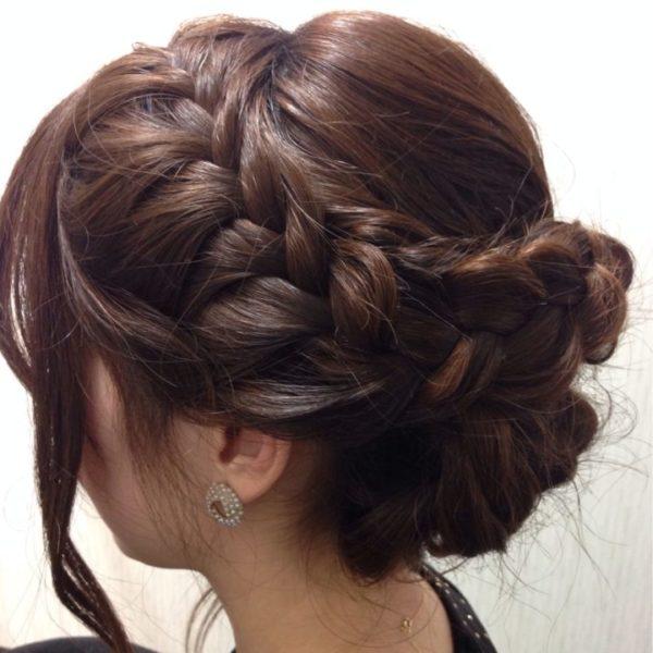大きい編み込みをして華やかに演出しているヘアスタイル。パーティーに