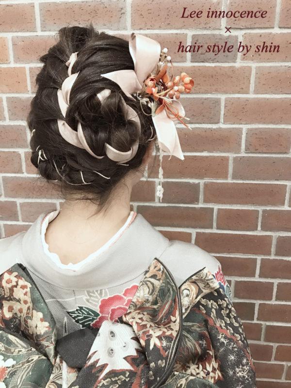 太めのリボンを編み込んだアップスタイル。着物の色に合わせた造花を取り入れればグっと豪華になります。特別な晴れの日に、ぜひチャレンジしてみたいですね。