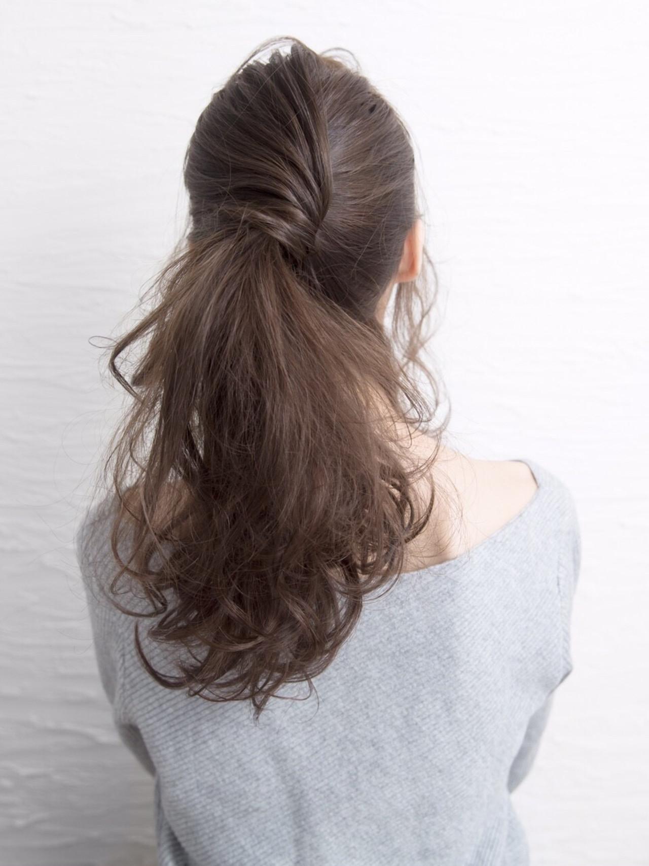 ポニーテールをして、片側からぐっと結び目に絡めて立体感を出すスタイル。フェミニンなファッションによく合いますね。
