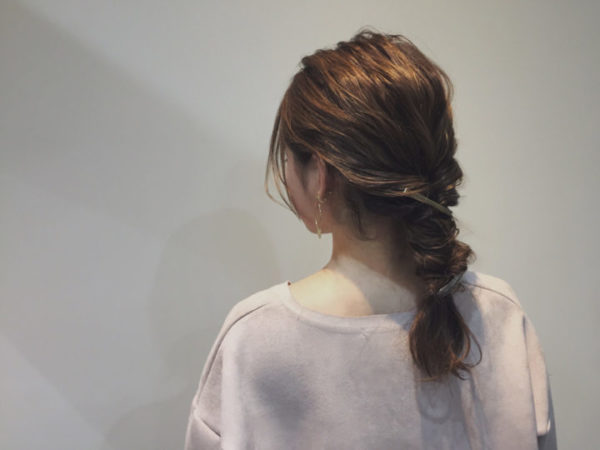 サイドの髪を束ねて耳の位置でくるりんぱ。つまんで出した髪束が、ゆるい毛束感のある外国人風の無造作ヘアに。ナチュラルなおくれ毛が優しい印象を醸し出します。