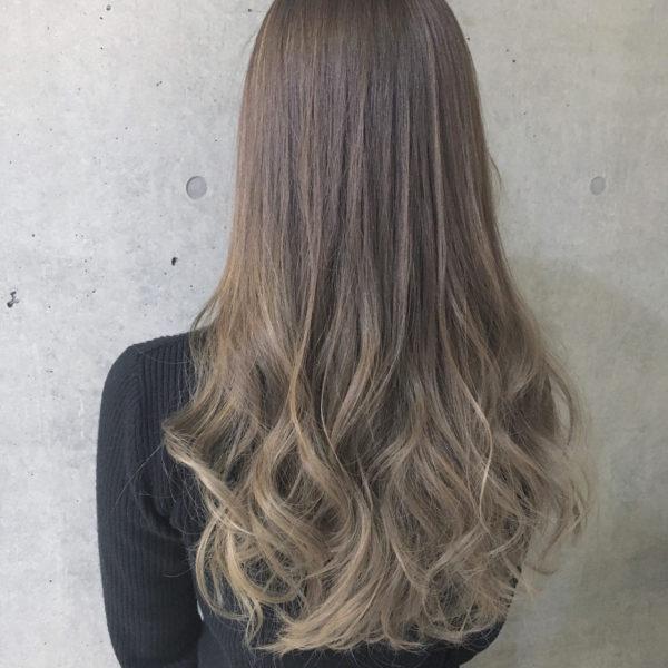 毛先にボリュームと立体感を出し、フェミニンなラインを作っています。グラデーションカラーとグレージュの組み合わせが素敵。