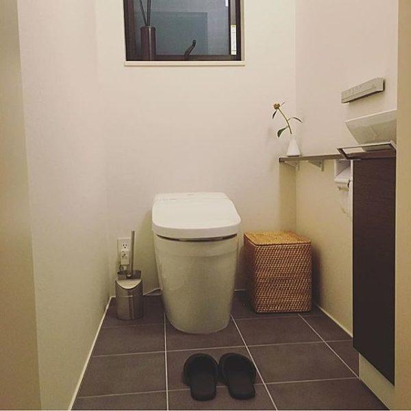 こちらも清潔感を保ちたいトイレ。必要なものだけを置くようにして補充品はバスケットにしまえばシンプルな空間になりますね。